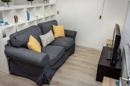 Modern, bright studio apartment in south Glasgow.