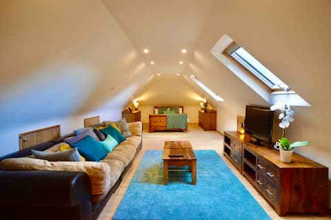 The Loft - Very spacious studio in centre of AONB