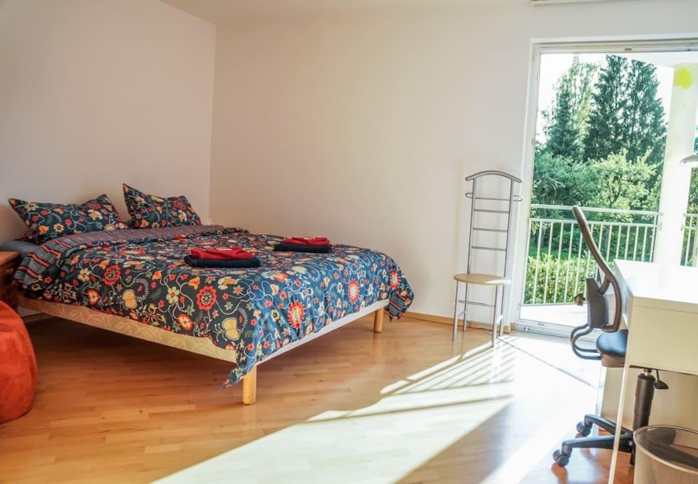 """gemütliches Doppelbettzimmer """"Mittagssonne"""" (mit elektrischen Rollos)"""