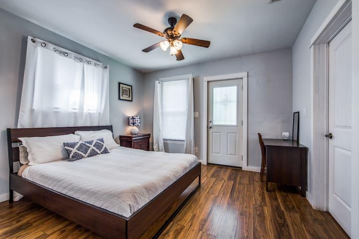 Bedroom w/ queen size mattress