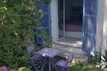 Chambre du studio donnant sur terrasse privative