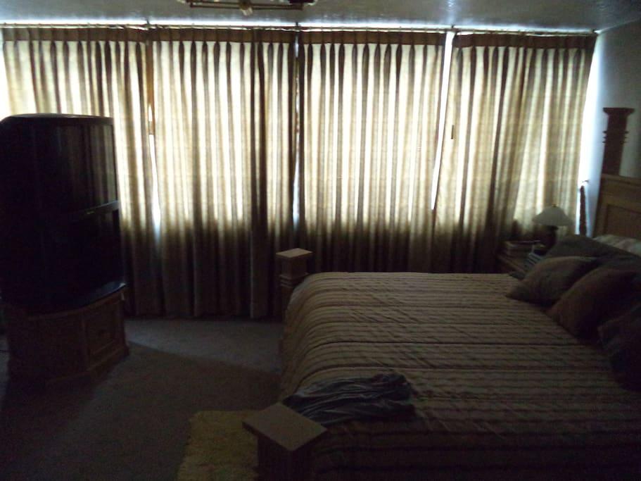 dormitorio master cama 3 plazas con baño privado