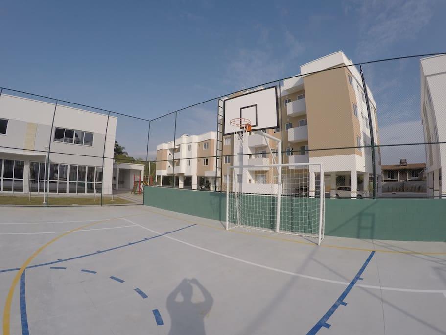 Quadra poliesportiva de futebol e basquete.