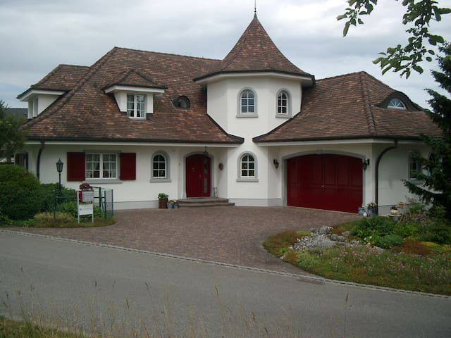 Zimmer in schöner Villa in Möhlin - Möhlin - Villa