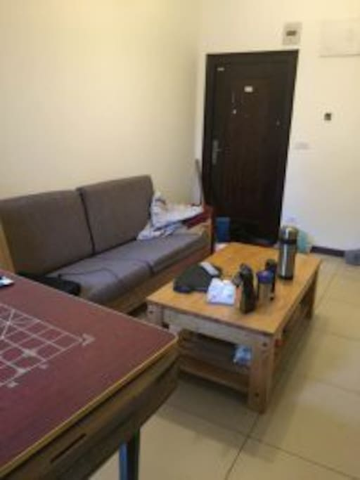 这是客厅,沙发可变床,还带机嘛哟
