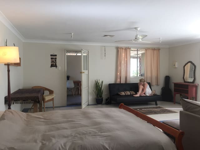 spacious studio central Bellingen - ベリンゲン