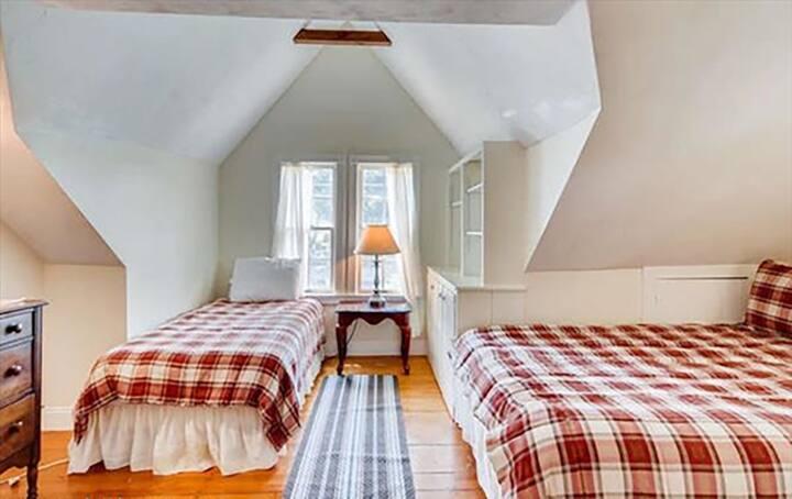Noah's Ark, Room 4 (2 room suite) 1 queen 2 single