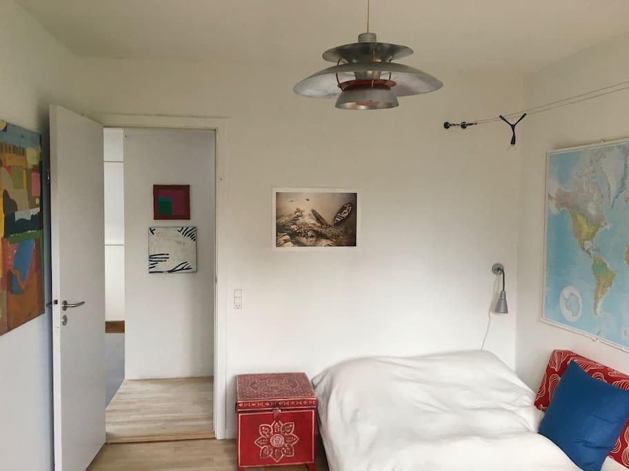 Badeværelset er lige overfor værelset - sengen er ny og dynen er frisk luftet til dig