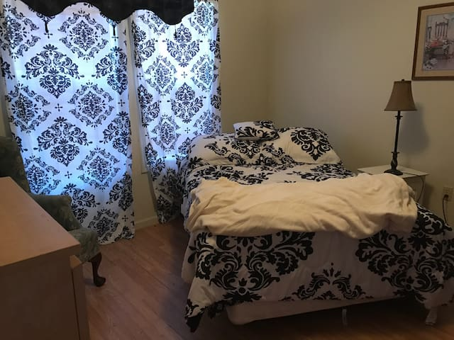Simple but comfortable room - Millington - Casa