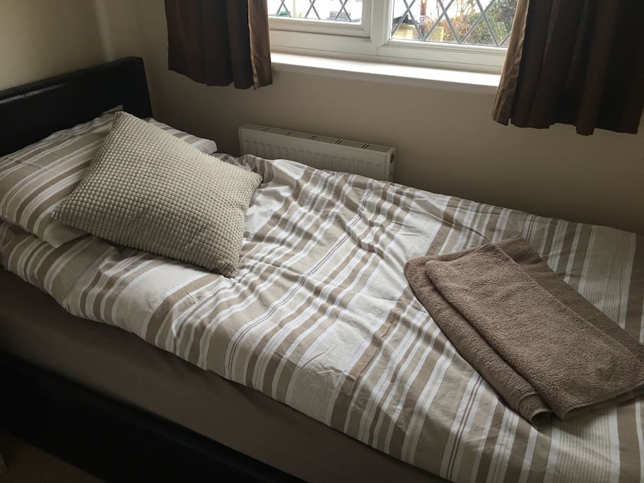 Clean bedding and towels supplied