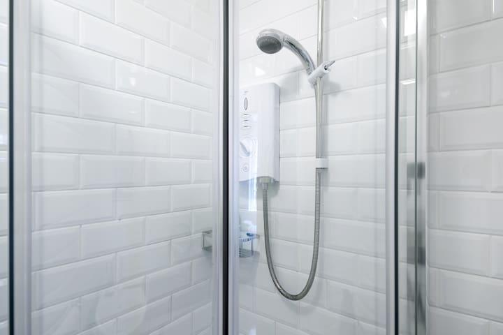 Powerful sports shower