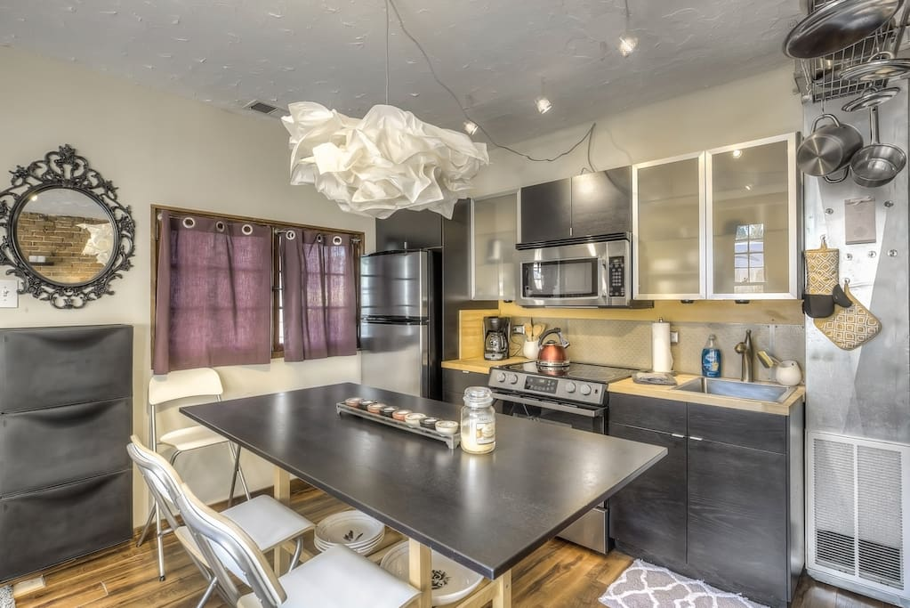 Fully equipped kitchen and full sized appliances.