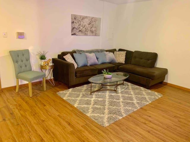 3 BEDROOM 2 BATH APARTMENT  CHICAGO FREE PARKING