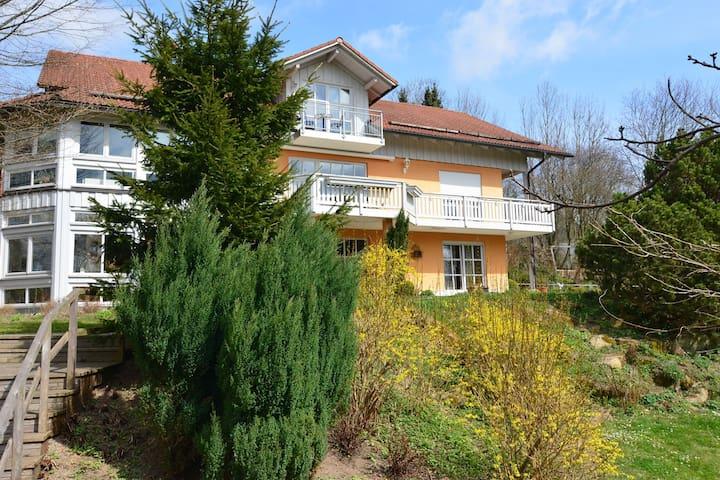 Hervorragend ausgestattete Ferienwohnung mit Sauna, Balkon und großem Garten
