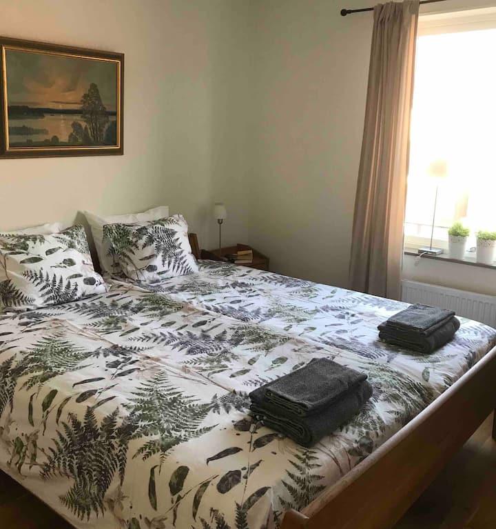 Luftigt rum med enkelt pentry mitt i Varberg.