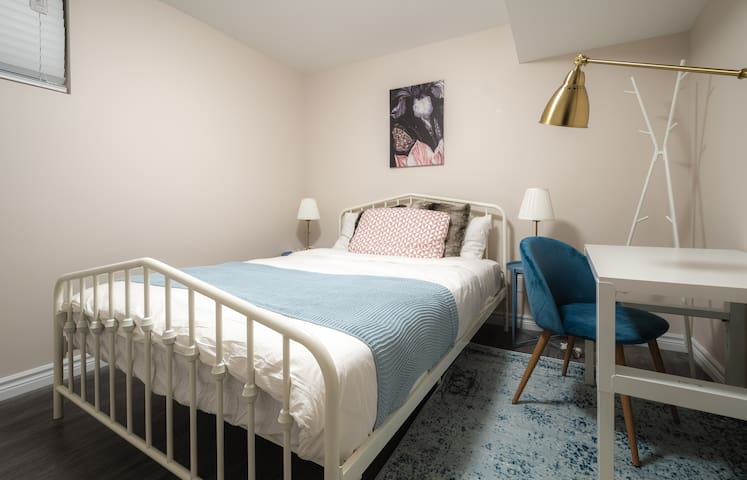 Room Pastel with Private Washroom in Kensington