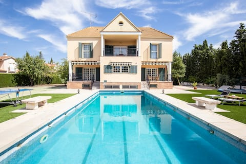 Casa con piscina, zona de barbacoa y wifi gratis