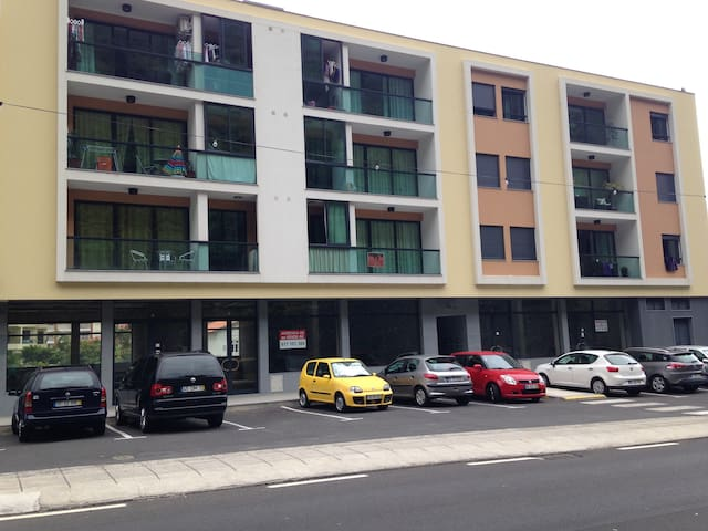 FACADE OF THE BUILDING - FREE STREET PARKING