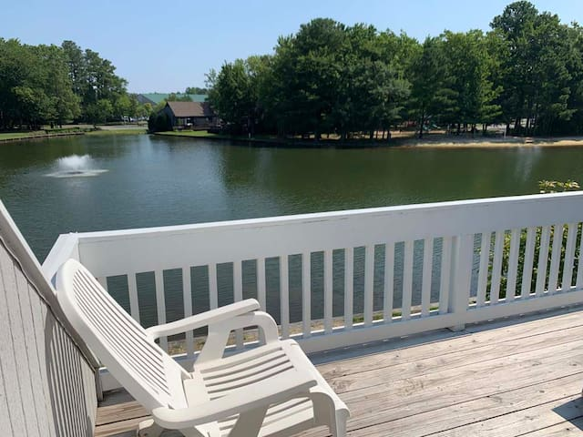 Newly renovated, Sea Colony condo with pond view