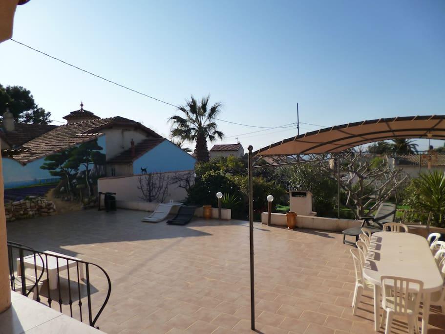 Terrasse de 140M2 avec pergola table transats BBQ