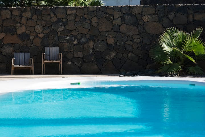 Open studio with pool in Lajares.