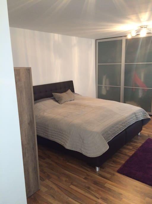 Schlafzimmer ist groß und geräumig, das große Bett bietet Platz für 2 Personen.