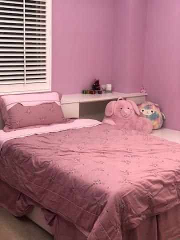 此為120cm的雙人床。若嫌太小,可加一張小床