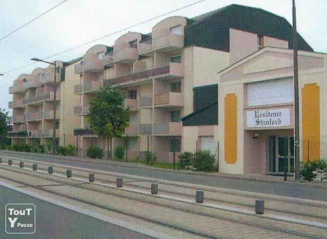 Black and White Sweet home - Olivet - Apto. en complejo residencial