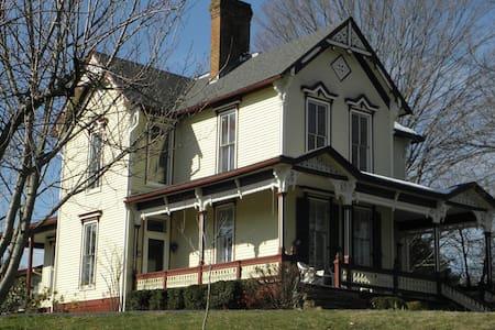 Victorian Home in Historic Jonesborough TN - Jonesborough - บ้าน