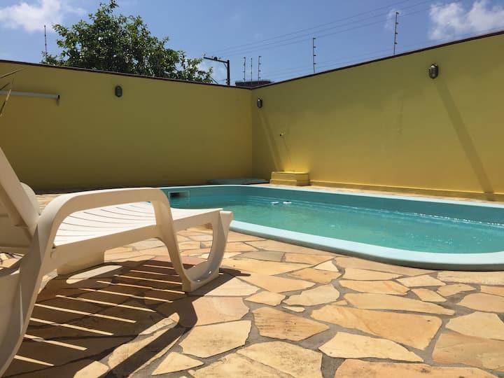 Casa com piscina e próxima da praia em Itapema!