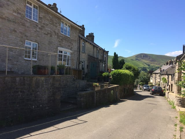Castleton Cottage with views of Mam Tor