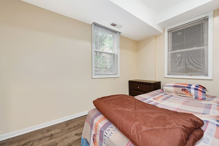 221 Cozy, Nice Bedroom in Center Chinatown Area.