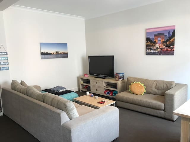 Bondi Beach one bed apartment, 30 SECS FROM BEACH