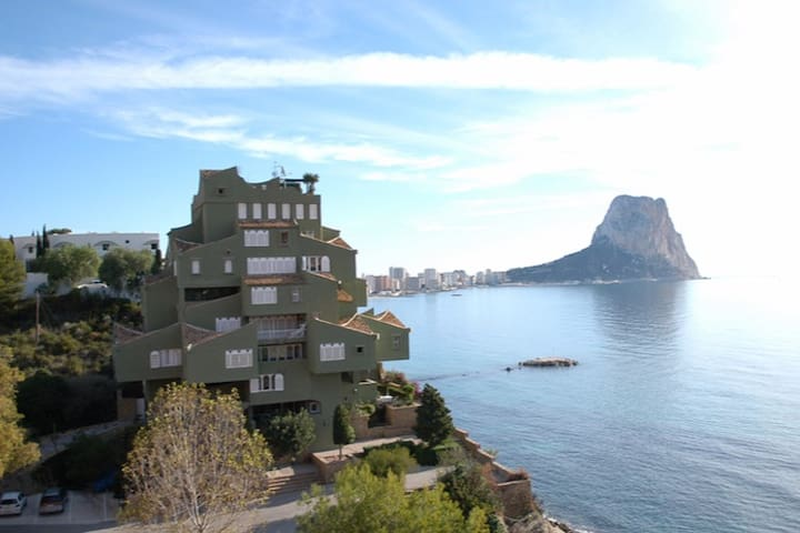 Beachfront three storey apartment built by Bofill. - Calp - Apartemen