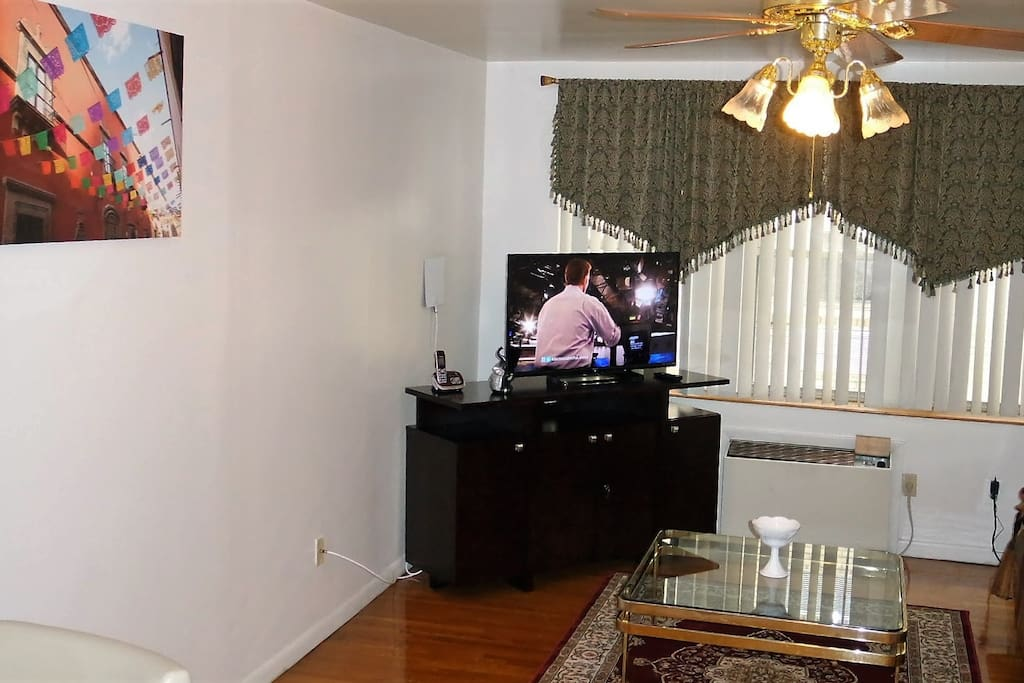 Spacious Living room with Smart TV and a sunken floor