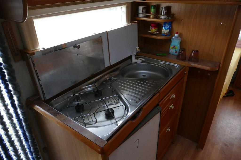Kühlschrank, Spüle und Herd, zum großen Menü kann gerne auch die Küche des Hauses benutzt werden