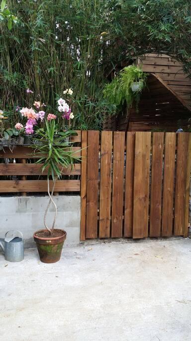 Entrée de Villa Coeur Vanille... On aime le bois et la nature...