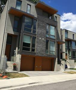 Luxury Beaches 3 BR New Home - Toronto
