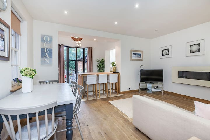 2 bedroom Cottage in London with outdoor terrace