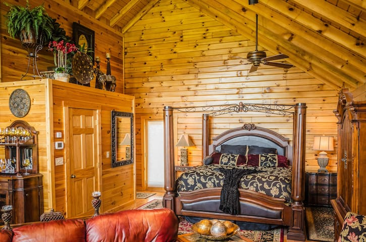 ✧Royale Cabin- hot tub, KING bed- NO CLEANING FEE!