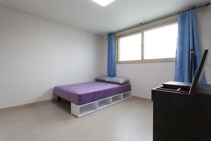 master bedroom with double bed+ vanity table