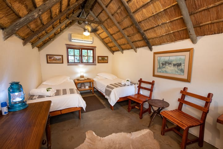 Shumba Safari Lodge Chalet 1: Simple Elegance