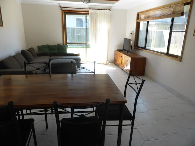 Budget by the Beach - Vincentia - Villa
