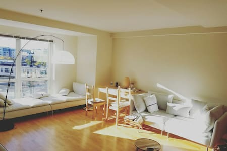 3 mins walk to train + subway - Quincy - Appartement