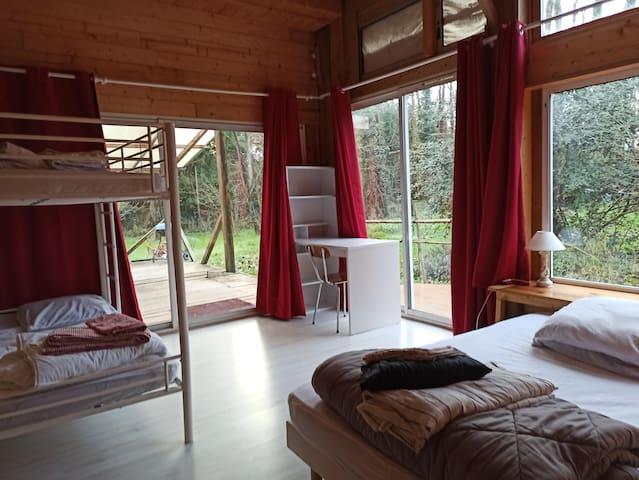 Deuxième chambre avec un lit en 140, lits superposés en 90 et un coin Bureau.