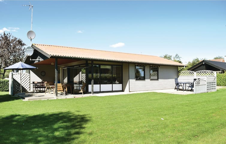 Holiday cottage with 3 bedrooms on 65 m² D87130