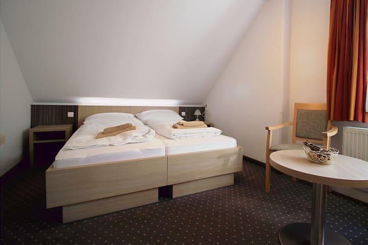 Doppelbettzimmer im Herzen Rathens mit Badezimmer