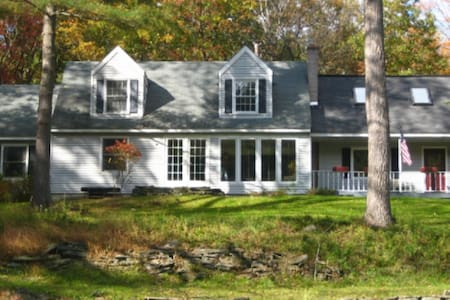 Pocono River Home - Fall Colors/Hot tub/Fishing - Casa