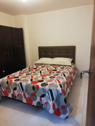 Habitación con cama doble closet y tv con servicio de Netflix