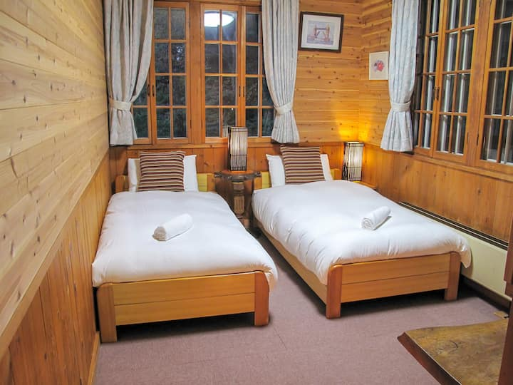 Kizuna Lodge: Twin room with private bathroom